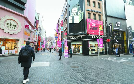 텅 빈 명동 ... 백화점 매출 30% 감소