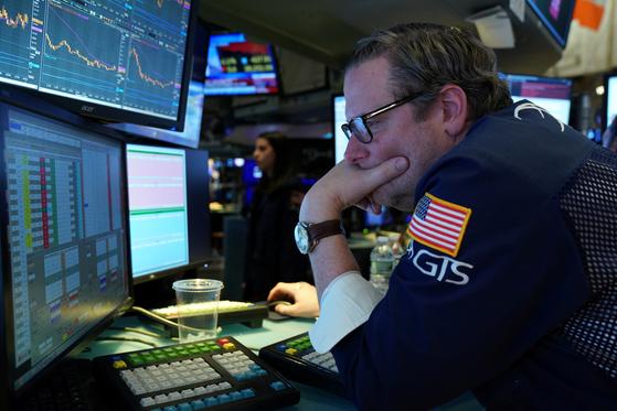 미국 다우지수가 2% 넘게 하락한 지난달 31일 뉴욕 증권거래소에서 한 트레이더가 모니터를 보고 있다. [로이터=연합뉴스]