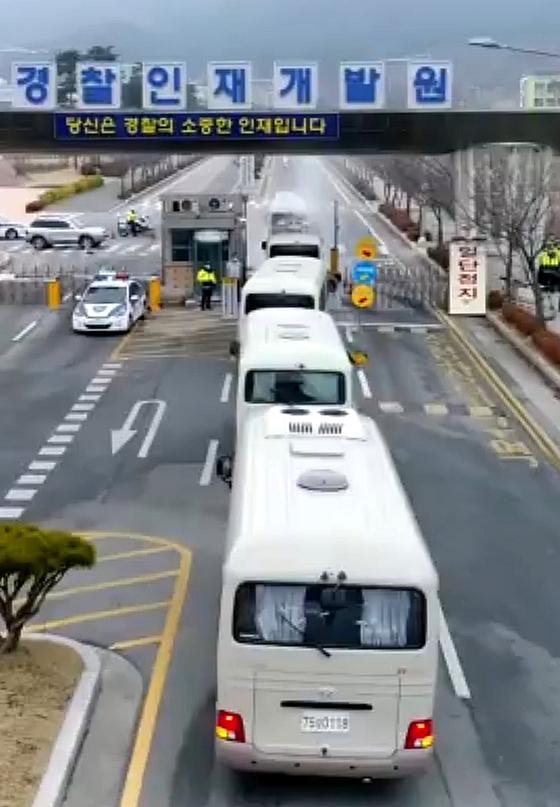 신종 코로나바이러스 감염증 확산으로 중국에서 2차로 귀국한 교민과 유학생을 태운 버스가 1일 수용시설인 충남 아산 경찰인재개발원으로 들어가고 있다.김성태 기자