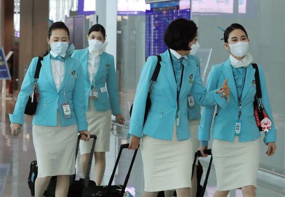 마스크를 쓰고 이동하는 대한항공 승무원. [뉴스원]