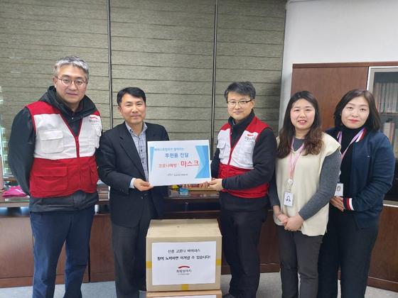 2월 3일 희망브리지 전국재해구호협회 배천직 구호팀장이 판교종합사회복지관 김원종 관장에게 방역 마스크 500개를 전달했다.