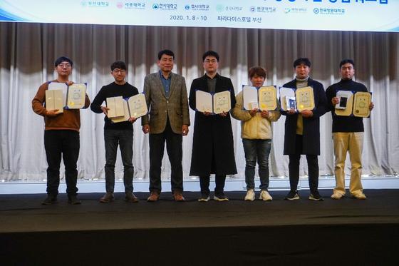 이충현 대학원생(오른쪽에서 첫 번째)과 김용훈 대학원생(오른쪽에서 두 번째)이 수상자들과 기념촬영을 하고 있다.
