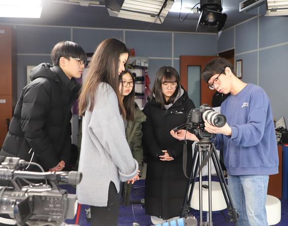 '세종 창의인재스쿨' 프로그램에 참여한 학생들이 카메라 조작법을 배우고 있다.