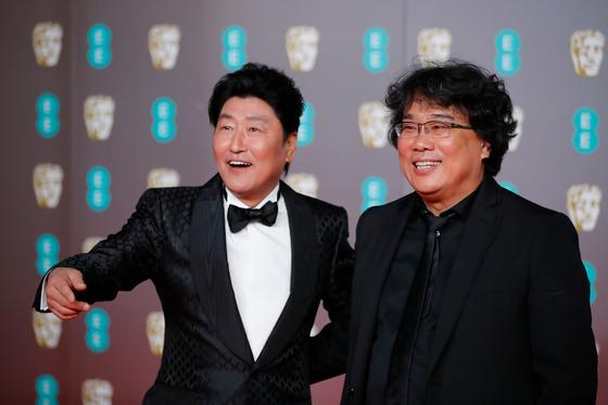 2일(현지시간) 영국영화TV예술아카데미(BAFTA) 주최로 런던 로열앨버트홀에서 열린 제73회 BAFTA 시상식에서 '기생충'의 봉준호 감독(오른쪽)과 송강호 배우가 레드카펫에서 밝은 표정을 보이고 있다. [AFP=연합뉴스]