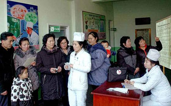 북한 의료진이 주민들에게 신종 코로나 바이러스 감염증 예방 수칙을 설명하고 있다. [노동신문=연합뉴스]