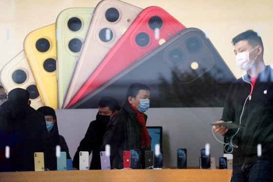 신종 코로나바이러스 감염증이 중국 전역으로 확산된 가운데 지난달 29일 상하이의 애플스토어에서 마스크를 쓴 사람들이 제품을 살펴보고 있다. [로이터=연합뉴스]