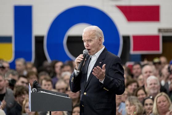 """조 바이든 전 미국 부통령이 2일(현지시간) 아이오와주 디모인 유세에서 """"취임 첫날부터 일할 준비된 대통령이 필요하다""""며 """"동맹국과 관계에서 미국이 세계 지도자 역할에 복귀하도록 만들겠다""""고 말했다. [AP=연합뉴스]"""