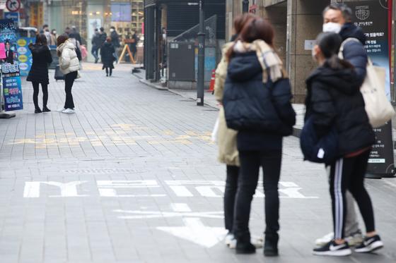 신종 코로나바이러스 감염증 국내 확진자가 15명으로 늘어난 2일 서울 중구 명동 거리가 주말임에도 한산한 모습이다. [연합뉴스]