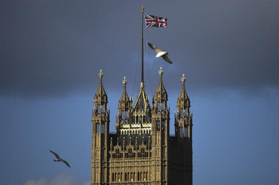 영국이 유럽연합(EU)에서 탈퇴한 다음날인 이달 1일 런던 웨스트민스터 사원에 유니언잭(영국 국기)가 펄럭이고 있다. [AP=연합뉴스]