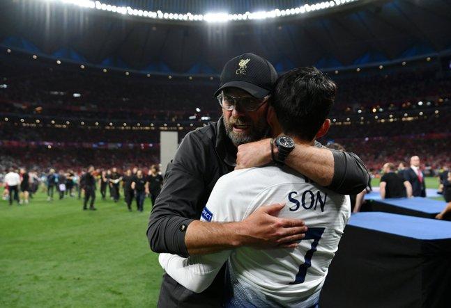 지난해 6월2일 유럽 챔피언스리그 결승전이 끝난 뒤 클롭 리버풀 감독이 손흥민을 안아주며 위로해줬다. [사진 UEFA 챔피언스리그 트위터]