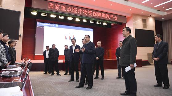 리커창 중국 총리가 신종 코로나와의 싸움에 쓰일 의료물자 상황을 점검하고 있다. [중국 신화망 캡처]