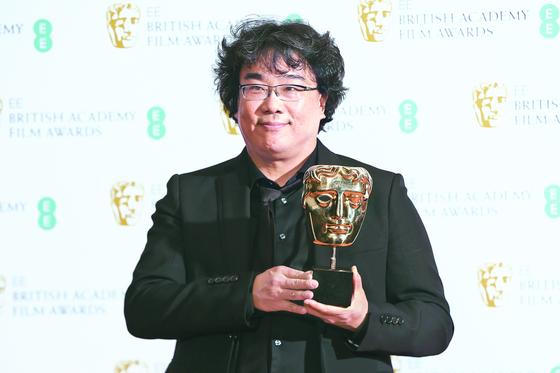 2일(현지시간) 제73회 영국 아카데미상(BAFTA) 시상식에서 오리지널 각본상과 외국어영화상을 수상한 '기생충'의 봉준호 감독. [AP=연합뉴스]