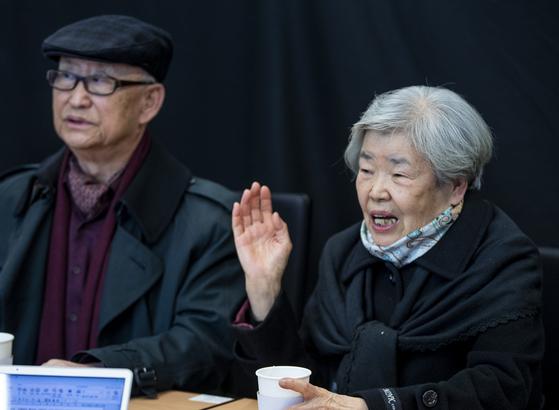 3일 중앙일보 본사에서 '남산의 부장들' 실제 주인공인 김재규(1926~1980)의 셋째 매제 김양환(80)씨(왼쪽)와 셋째 여동생 정숙(81)씨가 40년 전 상황을 회고하고 있다. 권혁재 사진전문기자