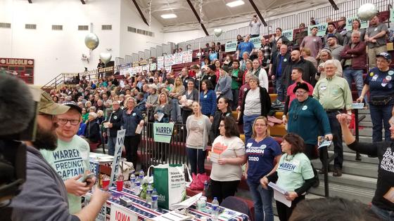 3일 미국 아이오와 디모인 링컨고교에서 열린 민주당 66선거구 코커스에서 워런 후보 지지자들이 일어선 가운데 직접 투표수를 세고 있다. [정효식 특파원]