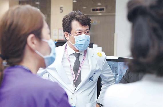 이왕준 명지병원 이사장이 지난달 30일 밤 신종코로나 3번 환자가 입원한 격리병동을 방문해 의료진을 격려하고 있다. [사진 명지병원]