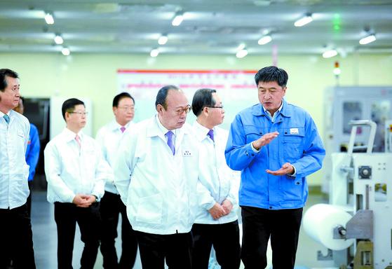 지난 2017년 12월 김승연 한화그룹 회장(가운데)이 중국 장쑤성 난퉁시에 있는 한화큐셀 치둥 공장을 방문해 모듈 생산라인을 돌아보고 있다. [사진 한화]