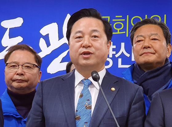 4·15 총선에서 경남 양산을 출마를 선언한 김두관 의원이 3일 오전 경남도청 프레스센터에서 출마 기자회견을 하고 있다. [연합뉴스]