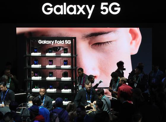 삼성전자는 지난해 세계 시장에서 670만대의 갤럭시 5G 스마트폰을 판매했다. 올 초 열린 CES의 삼성전자 부스에서 관람객들이 '갤럭시 폴드' 등 5G 스마트폰을 살펴보고 있다. [연합뉴스]
