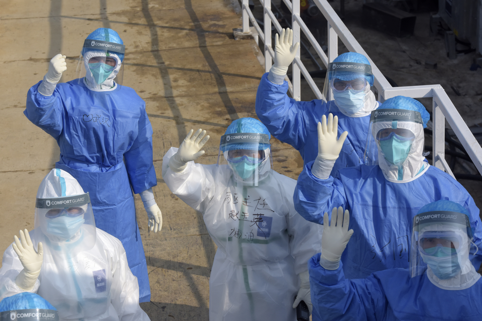 중국 우한에서 신종 코로나바이러스 감염증과 분투를 벌이고 있는 의료진이 카메라를 향해 손을 흔들고 있다. [신화통신=연합뉴스]