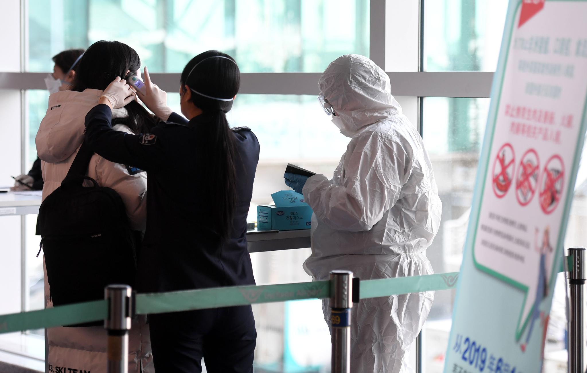 신종 코로나바이러스 감염증 공포가 확산하는 가운데 1월 29일 인천국제공항 제1터미널 입국장에서 중국 텐진발 입국한 사람들이 검역을 받고 있다. 최정동 기자