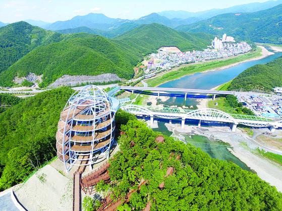 2017년 충북 단양군 적성면 애곡리 만학천봉에 조성한 만천하스카이워크. [사진 단양군]