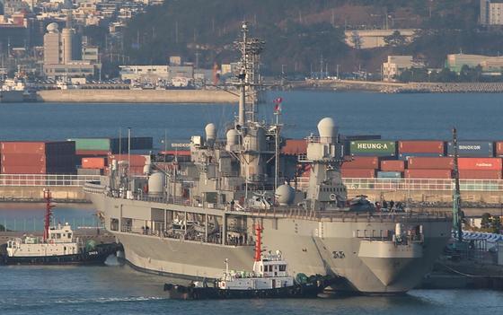 미국 7함대 블루릿지함이 5일 오전 부산 남구 해군작전기지에 정박하고 있다. [연합뉴스]