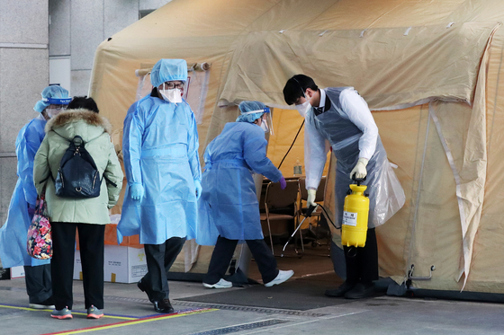 5일 오후 신종 코로나바이러스 감염증 17번째 확진자가 입원한 경기 고양 명지병원에 마련된 선별진료소에서 의료진이 병원을 찾은 내원자를 돌보고 있다. [뉴스1]
