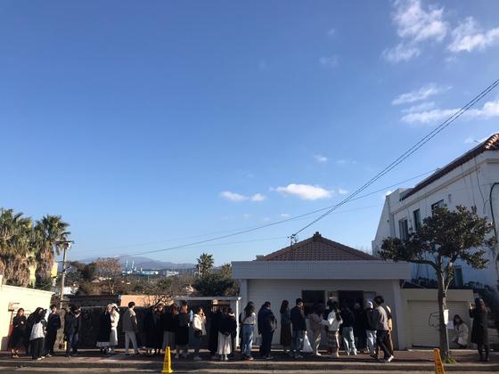 제주시내에서 약 25㎞ 떨어진 한림읍의 한 디저트가게 앞에 30여 명 이 줄을 서 있다. 최충일 기자
