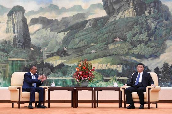시진핑 국가주석(오른쪽)은 지난달 28일 베이징 인민대회당에서 테드로스 아드하놈 게브레예수스 세계보건기구(WHO) 사무총장을 접견했다. [신화=연합뉴스]