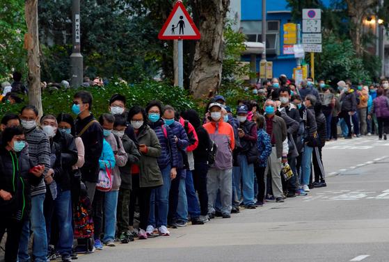 마스크를 구입하기 위해 5일 홍콩 시민 1만여 명이 줄지어 기다리고 있다. [ AP=연합뉴스]