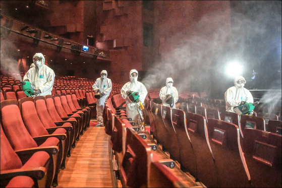 지난달 추가 방역 작업을 하고 있는 세종문화회관 대극장. [사진 중앙포토]