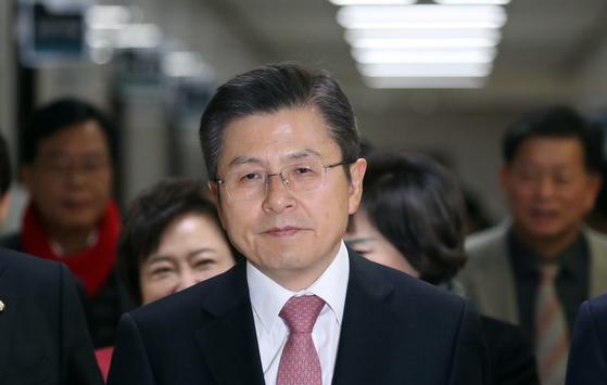 황교안 자유한국당 대표가 6일 서울 여의도 국회에서 열린 최고위원회의에 참석하고 있다. [뉴스1]