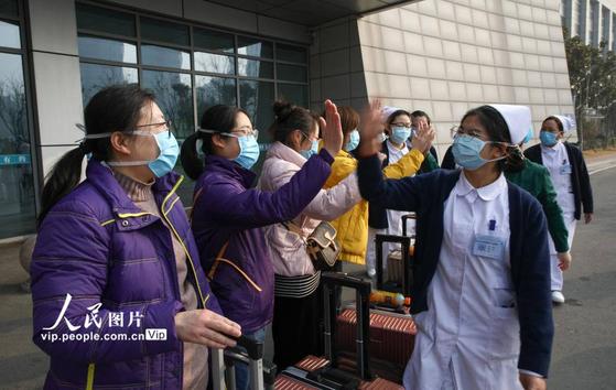 중국 우한의 의료진과 시민이 서로 '힘내자'라며 격려하고 있다. [중국 인민망 캡처]