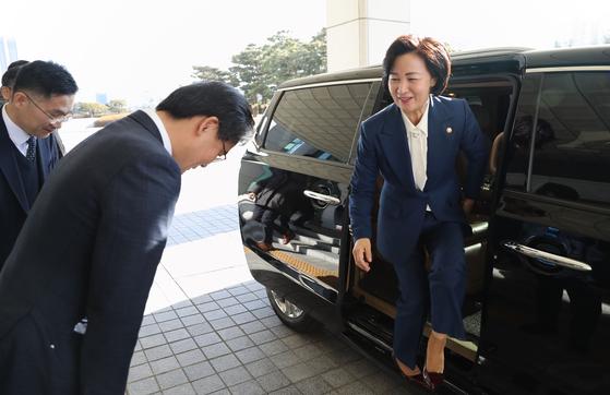 추미애 법무부 장관이 6일 오전 서울 서초구 대검찰청에 도착해 차에서 내리고 있다. [연합뉴스]