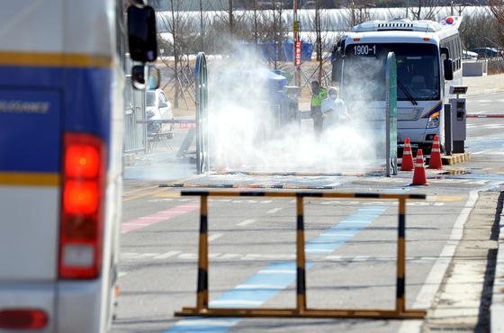 신종 코로나바이러스 감염증이 세계적으로 확산되고 있는 가운데 지난 5일 중국 우한 교민을 격리 수용하고 있는 충북 진천 국가공무원인재개발원 정문에서 방역당국이 경찰버스를 소독하고 있다. 프리랜서 김성태