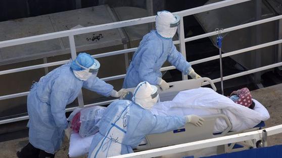 중국 우한에 새로 지어진 훠선산 병원으로 환자들이 속속 이송되고 있다. [중국 신화망 캡처]