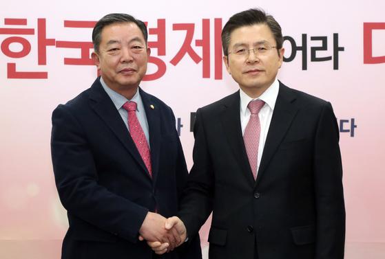 황교안 자유한국당 대표와 이찬열 무소속 의원이 6일 서울 여의도 국회에서 면담에 앞서 악수하고 있다. [뉴스1]