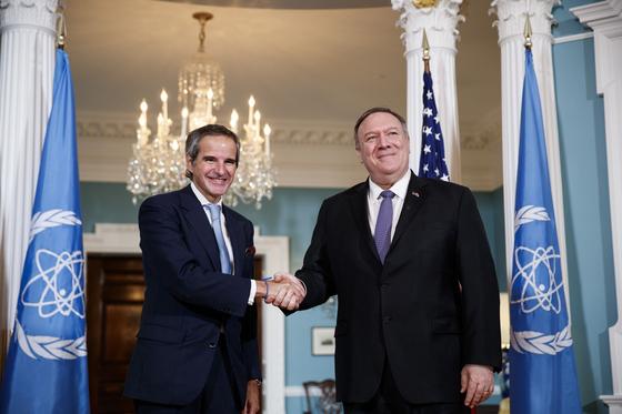 4일(현지시간) 미국 워싱턴 DC에서 라파엘 마리나오 그로시 IAEA 신임 사무총장과 마이크 폼페이오 미국 국무장관이 만나 악수를 나누고 있다. [신화=연합뉴스]