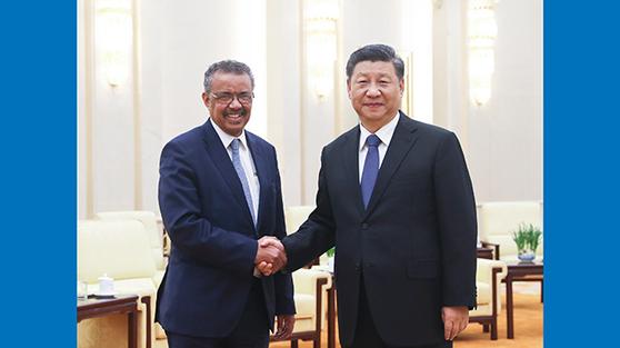 시진핑 중국 국가주석이 세계보건기구의 테드로스 아드하놈 게브레예수스 사무총장을 만나 인사를 나누고 있다. 세계보건기구는 중국에 대한 강경 입장을 취하지 못해 비난을 받고 있다. [중국 신화망 캡처]