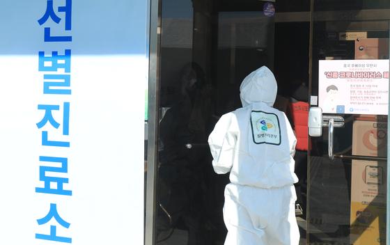 (전주=뉴스1) 유경석 기자 = 신종 코로나바이러스 감염증 확산 우려가 커지고 있는 5일 전북 전주시 덕진진료실 앞에 음압텐트의 선별진료소가 설치된 가운데 방호복을 착용한 보건소 의료진이 진료소로 향하고 있다. 2020.2.5/뉴스1