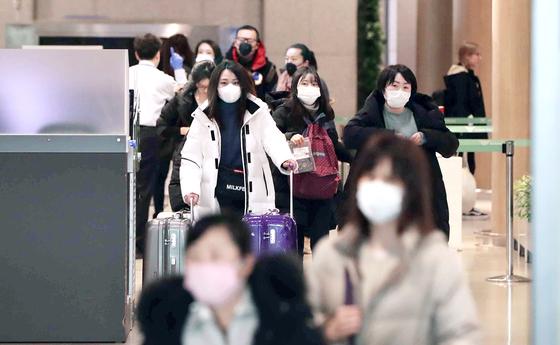 신종 코로나바이러스 감염증 확산을 막기 위해 중국으로부터의 입국절차 강화 대책에 따른 후속조치로 중국인 전용 입국장이 별도로 신설된 4일 인천국제공항 제1터미널에 중국에서 온 관광객들이 입국하고 있다. [뉴스1]