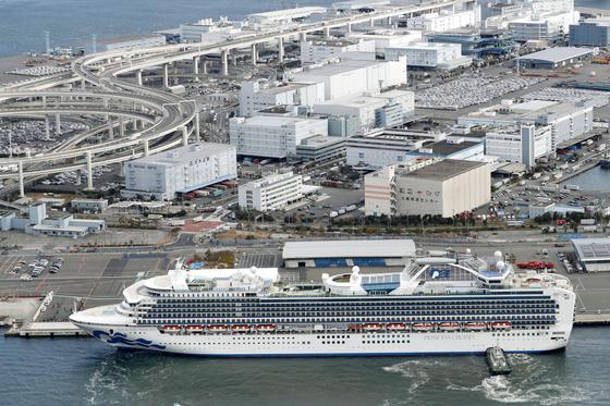 '다이아몬드 프린세스'호가 6일 오전 일본 가나가와현 요코하마항에 정박해 있다. 이 배에서만 6일 현재 20명의 신종 코로나바이러스 감염자가 확인됐다. 배에 탑승한 3700명은 오는 19일까지 선내에 머무르게 된다. [교도=연합뉴스]