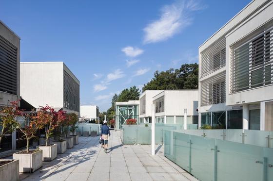"""일본 건축가 야마모토 리켄은 '미래 주택은 밀실 구조에서 벗어나 개방성과 유연성이 더욱 확보돼야 한다""""고 강조한다. 각 세대의 투명 현관홀이 있는 판교 타운하우스 2층 공동 데크 모습. [사진 건축사진가 남궁선]"""