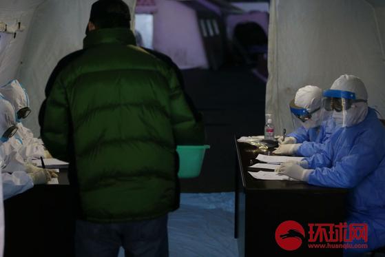 중국 저장성 닝보시에선 무증상 감염자의 곁에 15초 머무른 것만으로도 감염된 것으로 의심되는 사례가 발생해 충격을 주고 있다. [중국 환구망 캡처]
