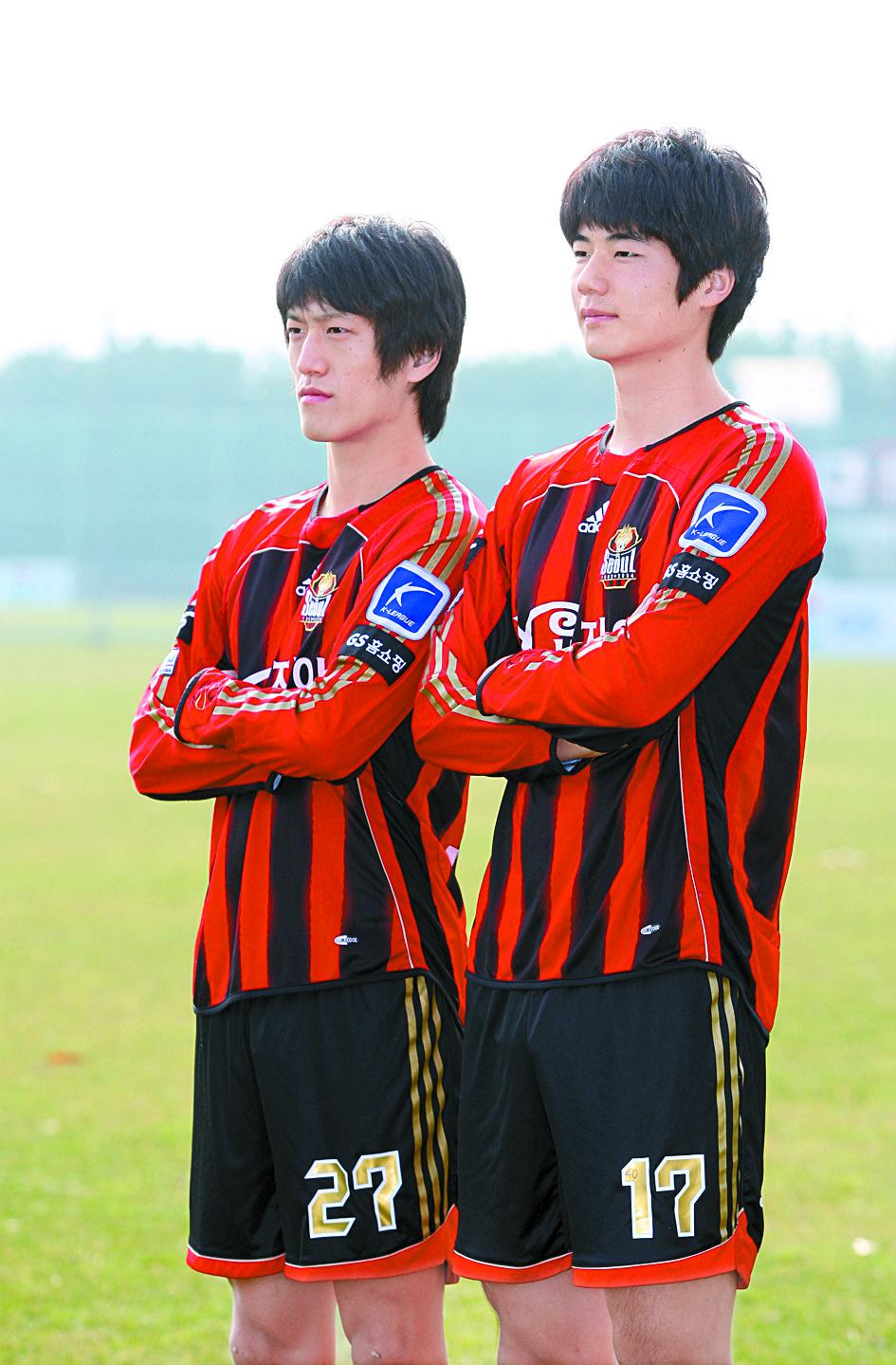 K리그 복귀를 타진 중인 기성용(오른쪽)과 이청용. FC서울에서 뛰던 2008년 둘의 앳된 모습. [중앙포토]