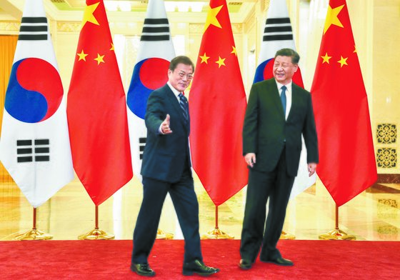 문재인 대통령(왼쪽)이 지난해 12월 23일 중국 베이징 인민대회 당에서 시진핑 중국 국가주석과 정상회담에 앞서 기념촬영을 한 뒤 회담장으로 이동하고 있다. [청와대사진기자단]