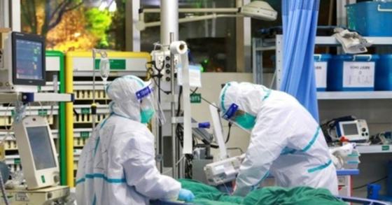 신종 코로나바이러스 환자를 치료하고 있는 중국 후베이성 우한대학 부속 중난병원 의료진. [로이터=연합뉴스]