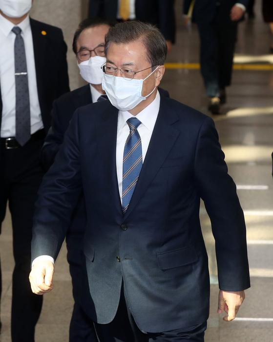 문재인 대통령이 6일 오전 부산시청에서 열린 '부산형 일자리 상생협약식'에 입장하고 있다. [청와대사진기자단]