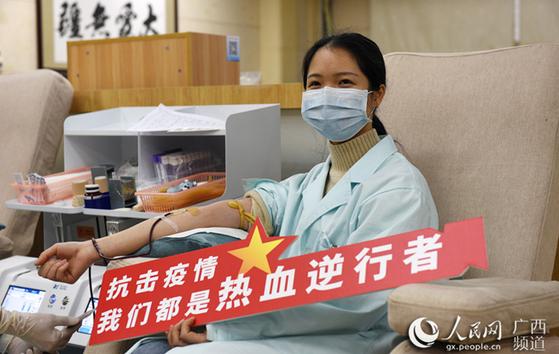 신종 코로나바이러스 감염증과의 싸움에 중국이 총력전을 펴고 있다. 헌혈에 나선 이의 표정이 밝다. [중국 인민망 캡처]