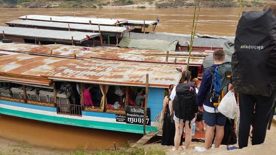 중간 기착지인 빡벵에서 보트를 타는 관광객들. [사진 조남대]